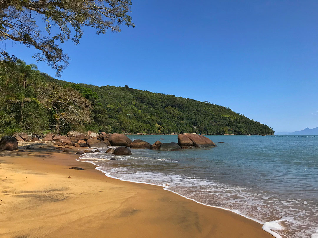 Strand auf Ilhabela im brasilianischen Bundesstaat Sao Paulo