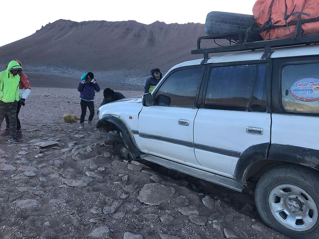 Radmontage in der Atacama Wüste Bolivien